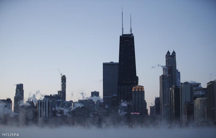Chicago belvárosa napfelkeltekor 2019. január 30-án. Az Egyesült Államok északi és középnyugati államaiba sarkvidéki hideghullám tört be, a levegő hőmérséklete helyenként a mínusz 40 Celsius-fokig süllyedt.