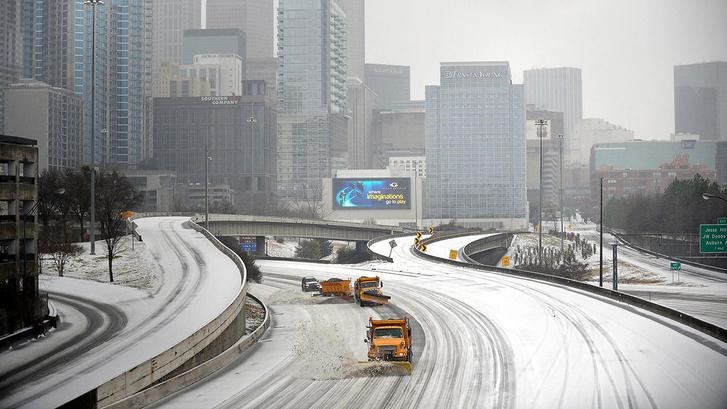 Hókotrók takarítják Atlanta egyik főútját 2014 januárjában
