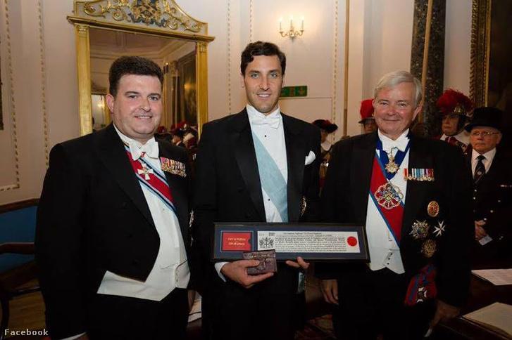 Jean-Christophe Napoleon (középen) átveszi londoni díszpolgári kitüntetését 2015. november 29-én