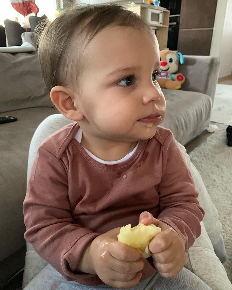 Szabó Zsófi kisfiát, az egyéves Mendelt meg kell zabálni, olyan cuki, miközben almát majszolgat.