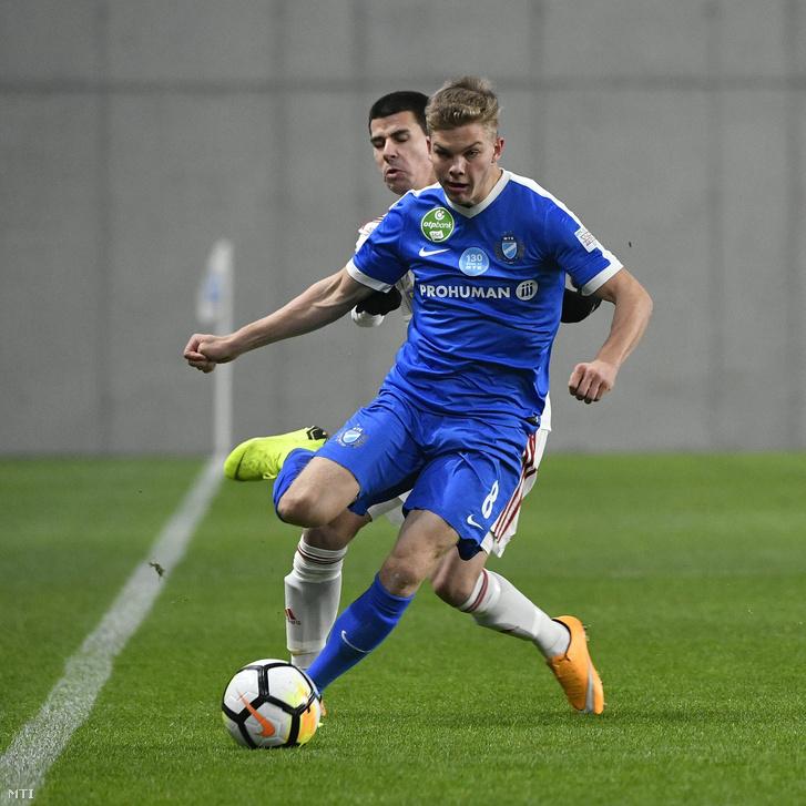 Schäfer András az MTK (elöl) és Ferenczi János a DVSC (hátul) játékosa a labdarúgó OTP Bank Liga 16. fordulójában játszott MTK Budapest-Debreceni VSC mérkőzésen 2018. december 1-jén