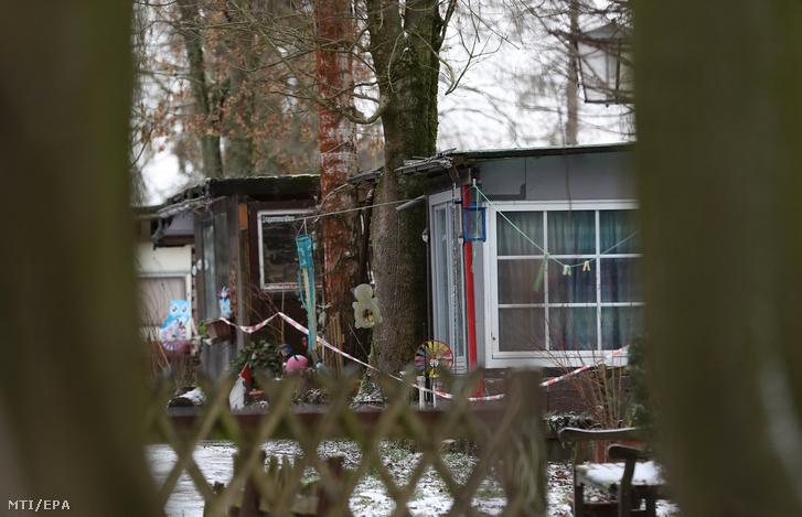 Rendőrségi szalaggal lezárt lakóépület egy kempingben, az észak-rajna-vesztfáliai Lüdge városban 2019. január 30-án. A hatóságok egy 56-éves német férfi és két tettestársa után nyomoznak, akik 2008 óta legkevesebb huszonhárom gyereket bántalmaztak szexuálisan, és kiskorúakról készítettek pornográf felvételeket. Az áldozatok a bűncselekmények elkövetésének idején 4 és 13 év közöttiek voltak, többségük lány. A három férfiból álló csoport ezernél is több szexuális bűncselekményt követhetett el gyermekek sérelmére Németországban.