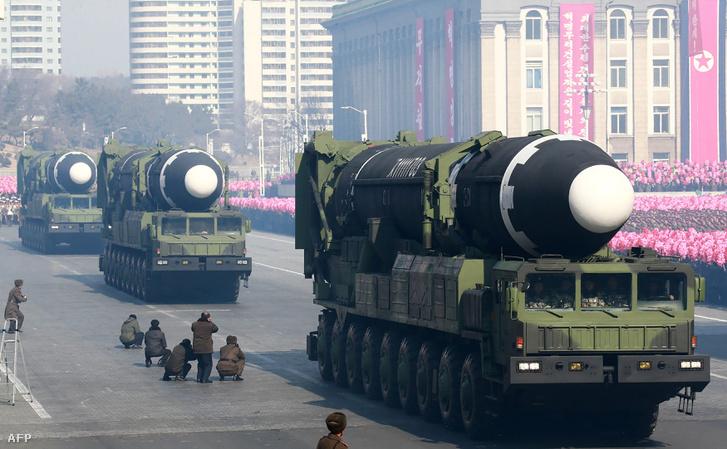 Hwasong-15-ös ballisztikus rakéták egy katonai parádén 2018. február 8-án