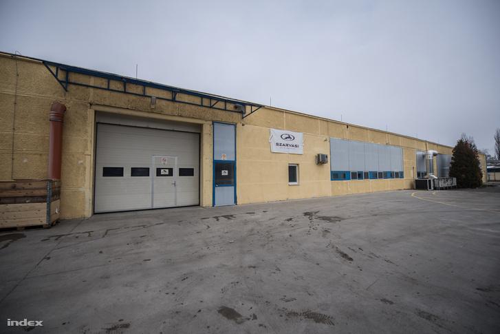 A cég új üzemcsarnoka, itt gyártották a Halálcsillag-lámpákat