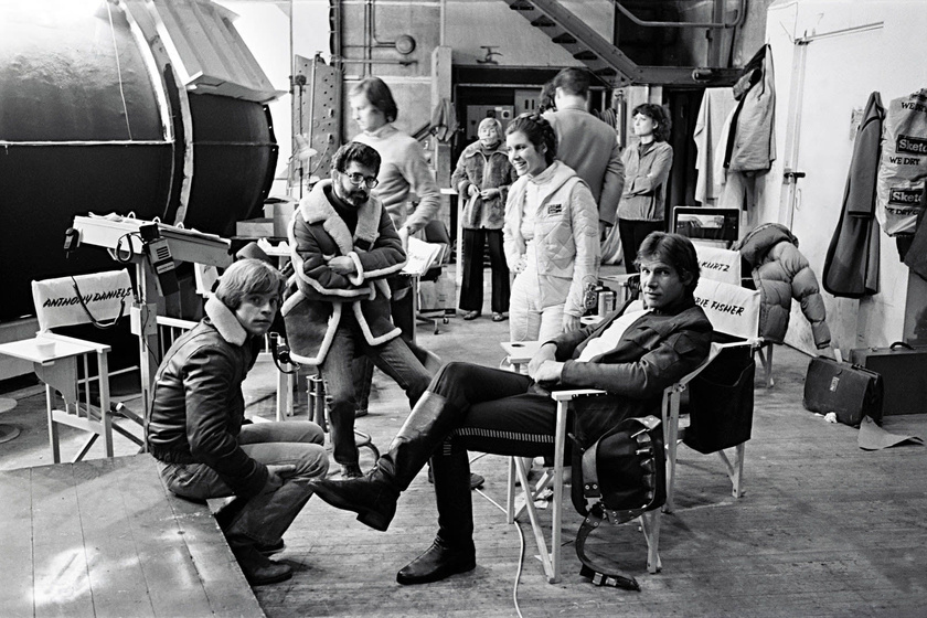 Balról: Mark Hamill - Luke Skywalker -, George Lucas - rendező -, Carrie Fisher - Leia hercegnő - és Harrison Ford - Han Solo - a film egyik forgatási szünetében.
