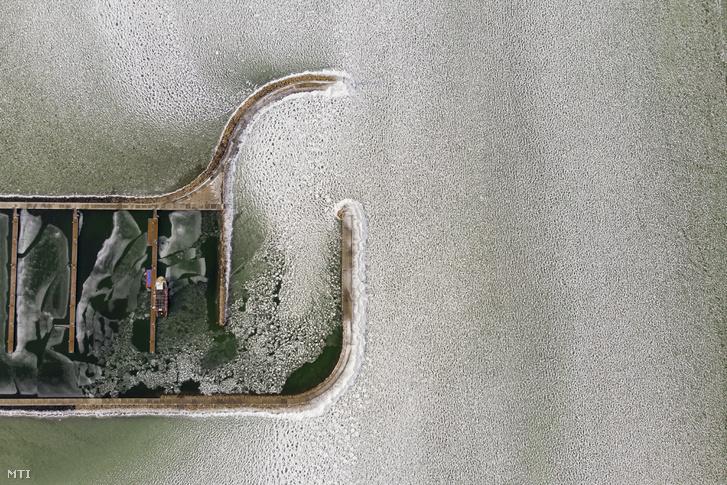 A jeges Balaton a balatonfenyvesi kikötőnél 2019. január 29-én.
