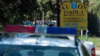 Egy férfi ököllel ütötte arcon az autóvezető oktatót, miután párja megbukott a vizsgán