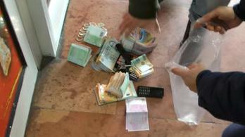 100 millió forintot találtak két lebukott valutázónál