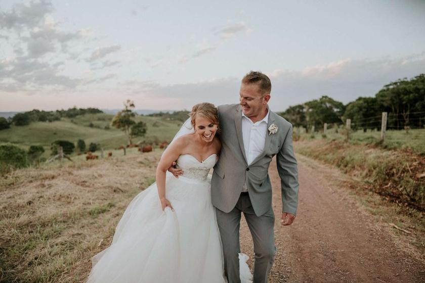 Az esküvő nagyon romantikusra sikerült, és a vőlegény, illetve a fotós különleges ötletekkel tették még emlékezetesebbé a menyasszonynak a nagy napot.