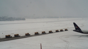 Az erős havazás miatt le kellett zárni a kölni repülőteret