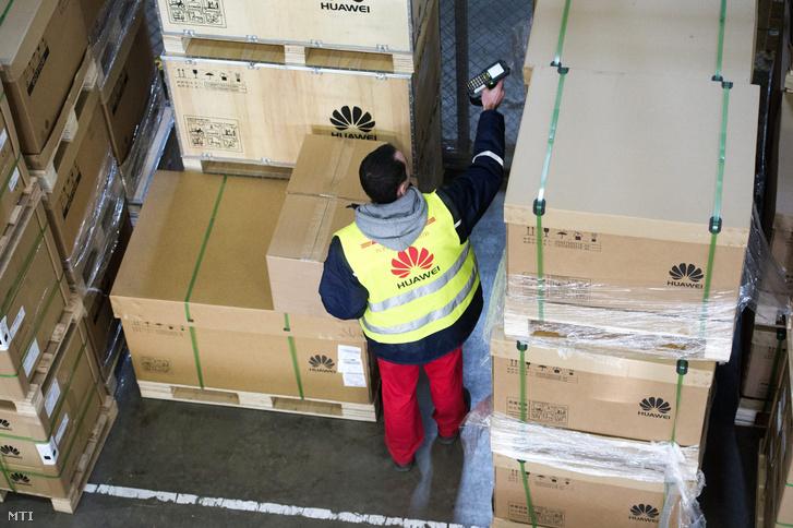 Árut ellenőriz egy dolgozó a Huawei Technologies regionális logisztikai központjában Biatorbágyon
