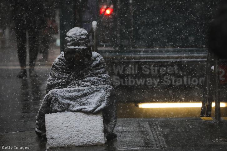 Egy hajléktalan ül egy New York-i utcán január 30-án.