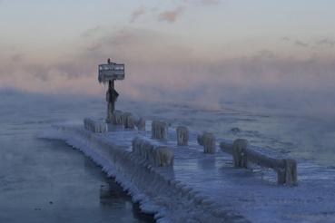 Jég borít egy világítótornyot a befagyott Michigan-tó partján, Chicagóban 2019. január 30-án.
