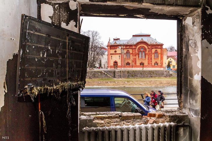 A Kárpátaljai Magyar Kulturális Szövetség (KMKSZ) kiégett központi irodája, amelyet felgyújtották Ungvár belvárosában 2018. február 27-én hajnalban.