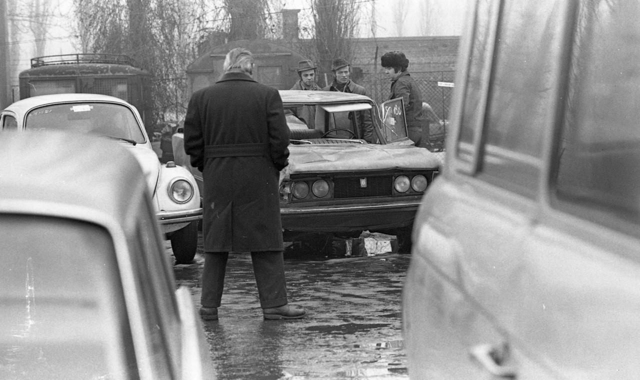 Az Autó-Motor hétről-hétre közzétette a hazai használtautó-piacokon elkelt autók adatait, megadva a típust, évszámot, vételárat és mellé százalékban az autó műszaki állapotát. Ezen adatok szerint nem voltak ritkák az ötven, sőt olykor harminc százalékos műszaki állapot alatt eladásra kínált autók. Érzésre azt mondanánk, hogy a képen látható, tetőre állított Polski Fiat is ez utóbbiak közé tartozhatott. De láthatóan még így is többen érdeklődtek utána.