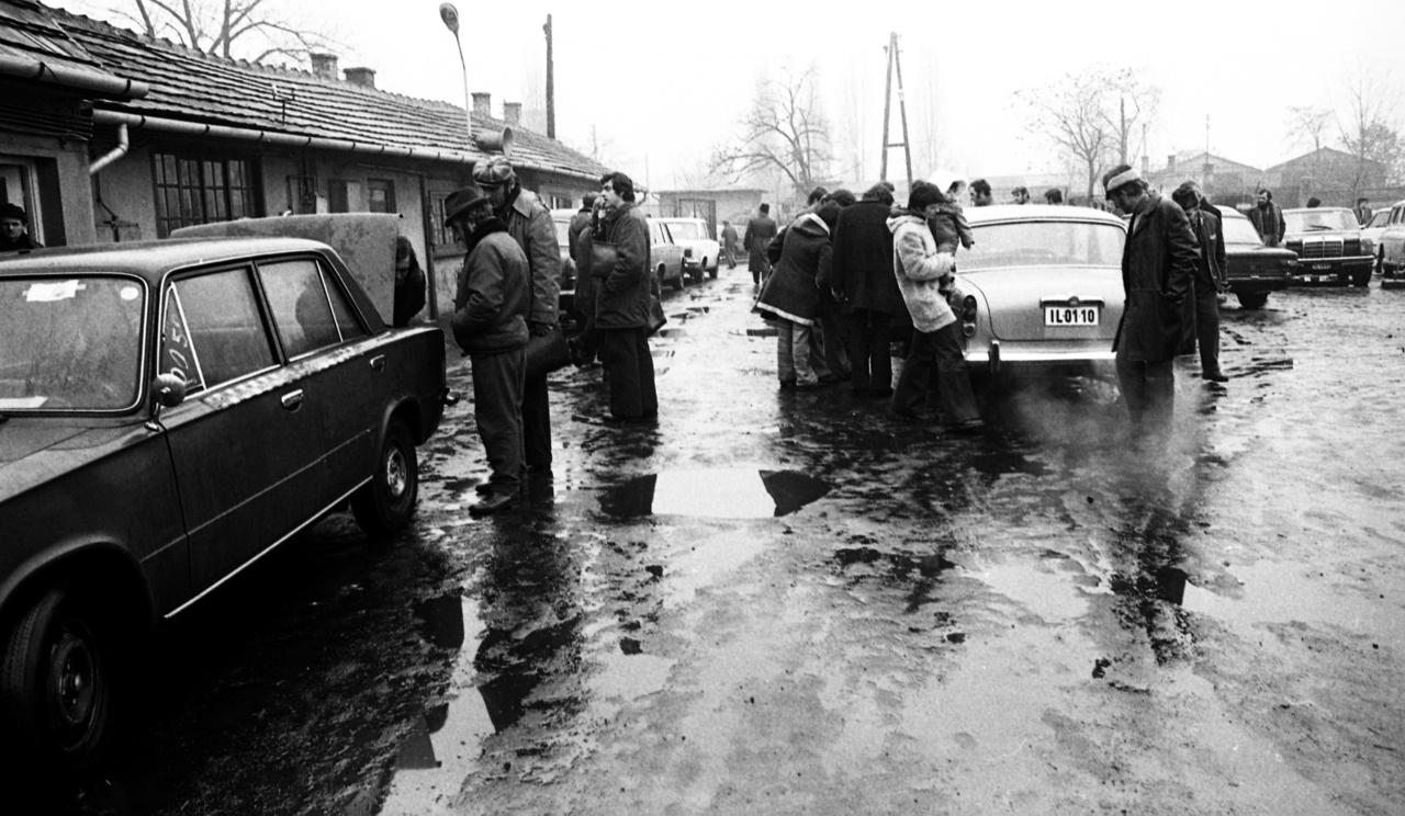 Balra egy taxistól levetett Zsiguli, ami valószínűleg sok százezer kilométert futott már, de még így is kincset ért a könnyen szervízelhető (avagy kendácsolható) autótípus. Jobb szélen az állólámpás Merci, a nyugat-német autóipar remek is sokak álma volt.