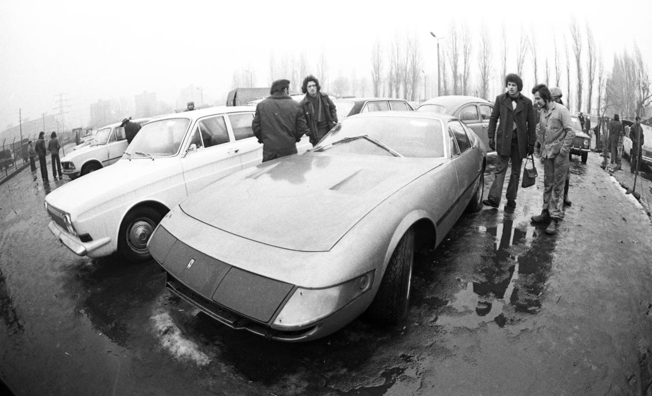 """A Lamborghini Miura konkurenciájának szánt sportautótt Leonardo Fioravanti, a Pininfarina dizájnere tervezte, és 1968-tól 1973-ig gyártotta a Ferrari. 1284 darabot építettek belőle (a nyitott GTS/4 Daytona Spyderekből 122 készült, így összesen 1404 Daytona gördült ki a maranelloi gyárból.) A típus a nem hivatalos Daytona nevet azután kapta a médiában, hogy 1967-ben a 24 órás daytonai autóversenyen az első három helyezést Ferrarik vitték el. Az Autó-Motor, 1971. október 21-i / 20. száma így írt a Daytonáról:                         """"Ferrari és Pininfarina közös alkotásáról, a 365 GTB/4 Ferrari-modellről két képet mutatunk be, hiszen érdemes megnézni nyitott és zárt fényszórókkal ezt a nagy sebességet sejtető olasz konstrukciót. És mindjárt tisztázzuk, hogy mennyi is itt a nagy sebesség. Kereken 280 km/óra a 4390 cms-es, V/12-es, 81X71 mm furat-löketű, 7500 fordulatnál 352 lóerős motorral elérhető maximális tempó. És még annyit, hogy 0—100 km/ó-ig 5,7 mp alatt gyorsul ez a 240 cm tengelytávú igazi sport kupé."""" Hogy a képen látható, az"""