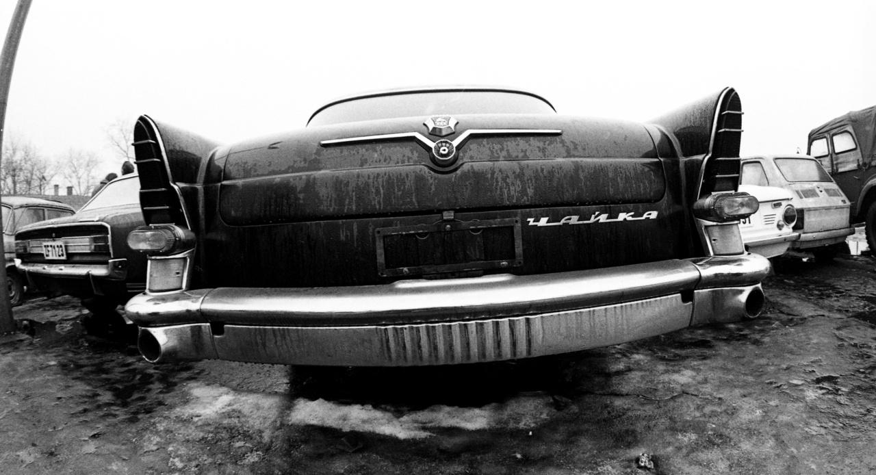 A használt autók egy jelentős része állami tulajdonból került magánkézbe leselejtezés után. A hivatali gépjárművek többnyire sokat futott, rossz műszaki állapotú autók voltak, de még így is komoly kereslet mutatkozott irántuk, köszönhetően a hiánygazdaságnak. A képen látható GAZ-13 Csajka (Sirály) – valószínűleg valami magas rangú potentát, mondjuk egy gyárigazgató levetett szolgálati kocsija – így ránézésre egész tűrhető állapotúnak tűnik.