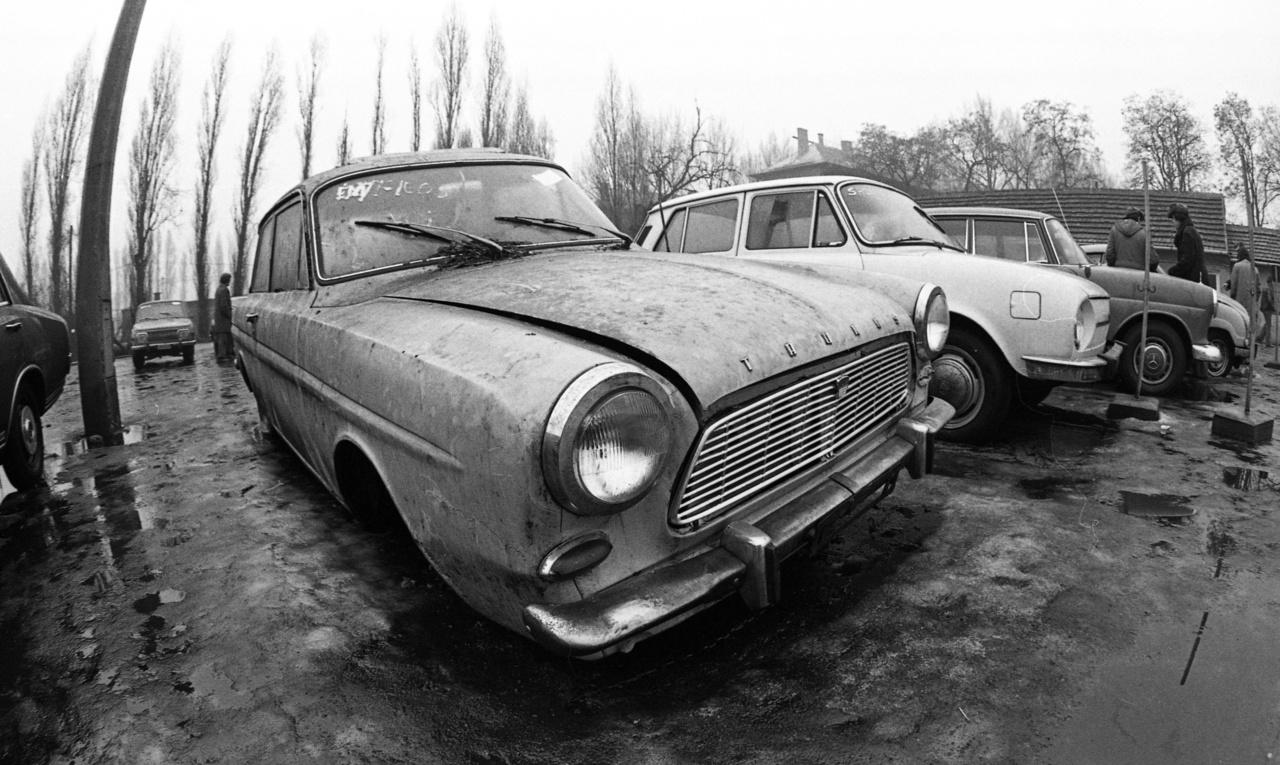 Hát ennek a Ford Taunusnak azért már kiverte az ág a szemét.