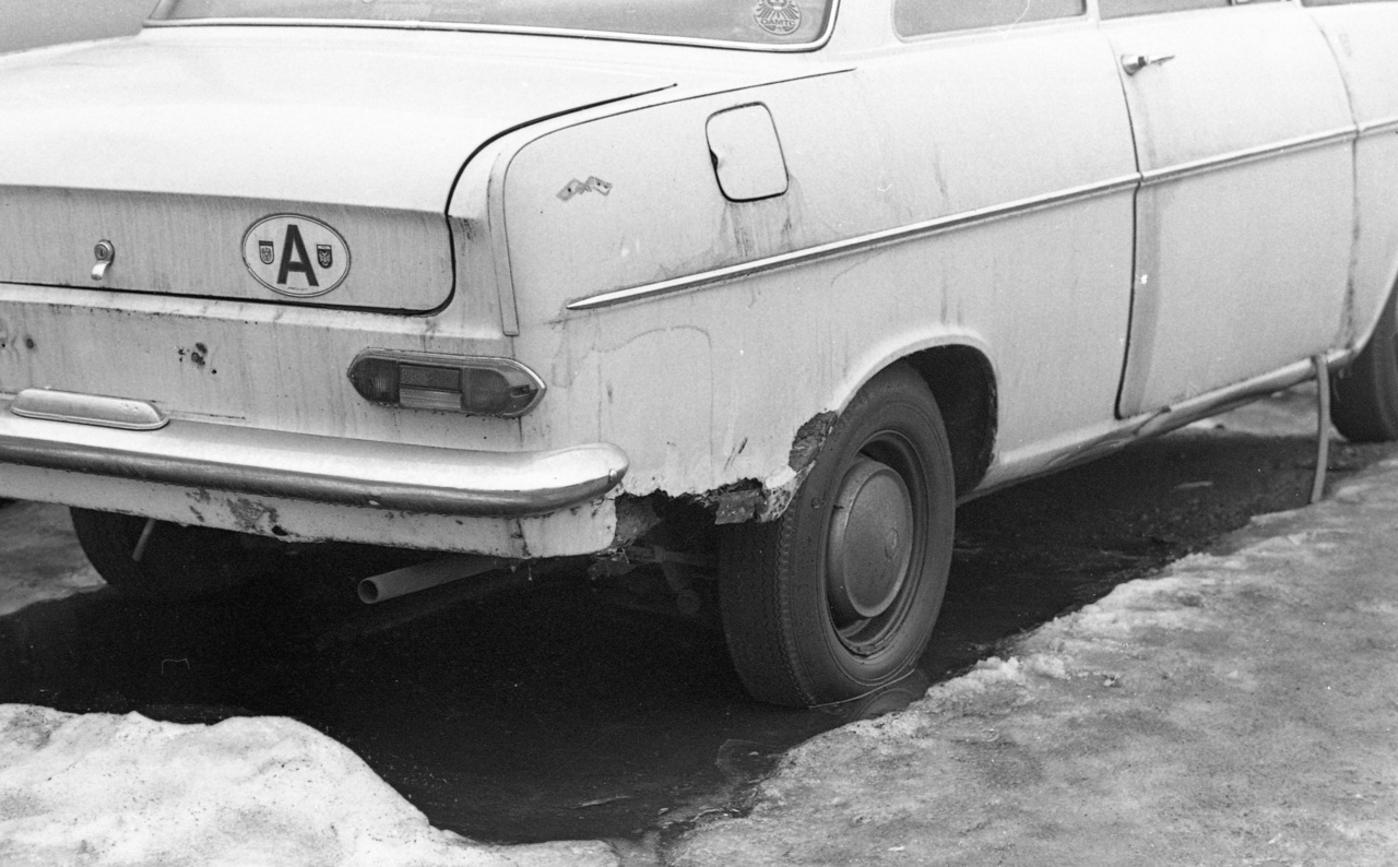 Ausztriából jött ez a bontószökevény Opel Kadett, még rajta az osztrák autóklub matricája is. A lerohadt kasztni, a kiilógó ajtótömítés jól mutatja, hogy milyen műszaki állapotú autók cseréltek gazdát a hivatalos magyar autóforgalmazó vállalat égisze alatt.