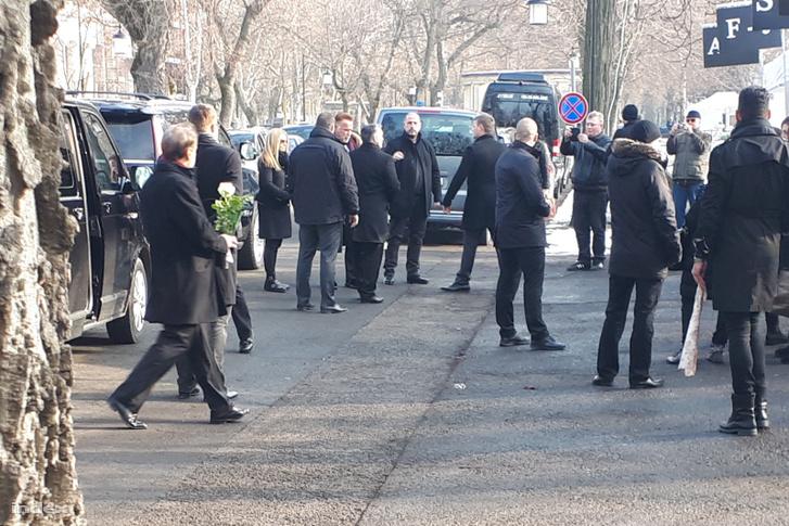 Orbán Viktor és Arnold Schwarzenegger érkezik a temetésre