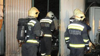 Két tűzoltó megégett a rossz ruha miatt, hírzárlat van