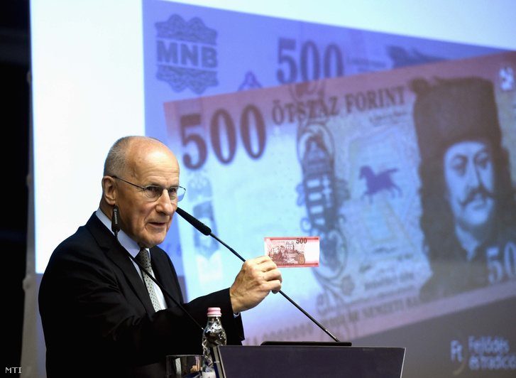 Gerhardt Ferenc, a Magyar Nemzeti Bank (MNB) alelnöke mutatja az új 500 forintos bankjegyet az MNB Teátrumában tartott sajtótájékoztatón 2018. július 3-án.