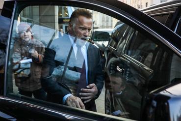Arnold Schwarzenegger szivarral a szájában távozik