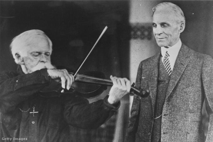 Henry Ford hallgatja Willy Dunham hegedűs előadását 1925. áprilisában