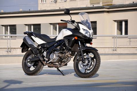 Jót tett a Suzukinak az átalakítás. A régi formákat lágyabbá tették, és fényezetlen felületekkel csökkentik a műanyagmotor-érzést