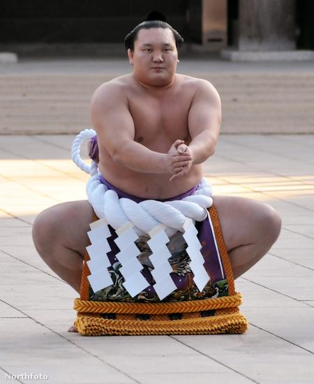 Hakuhó a ring megtisztításának ceremóniáját végzi