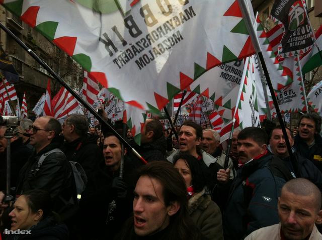 A Jobbik elnöke szerint az országnak ki kell lépnie az EU-ból, a kérdésről pedig népszavazást kell tartani. Vona azért is bírálta az EU-t, mert korábbi MSZP-s miniszterek tevékenységét nem tette szóvá. Vona szerint José Manuel Barroso, az Európai Bizottság elnöke vissza fogja sírni még Orbán Viktor miniszterelnököt.