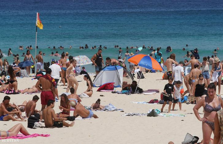 Strandolók a Bondi Beachen 2019. február 1-jén