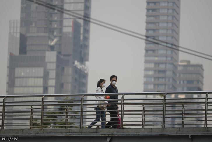 Védőmaszkot viselő gyalogosok Bangkokban 2019. január 30-án.