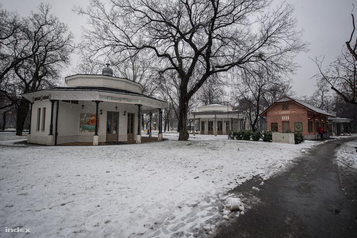 A Feszl-féle pavilonok jelenleg zárva vannak, de az egykori BSzKRt téglaépülete most is nyitva