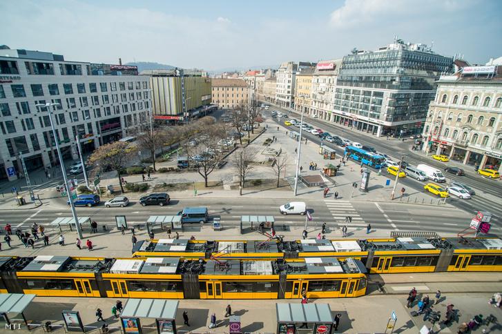A Blaha Lujza tér Budapesten 2018. március 28-án. A teret mintegy kétmilliárd forintból, várhatóan 2019 végére felújítják
