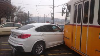 Egy BMW X4-essel ütközött a 2-es villamos
