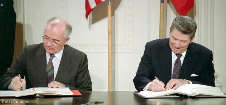 Ronald Reagan és Mihail Gorbacsov 1987. december 2-án aláírja az INF-szerződést