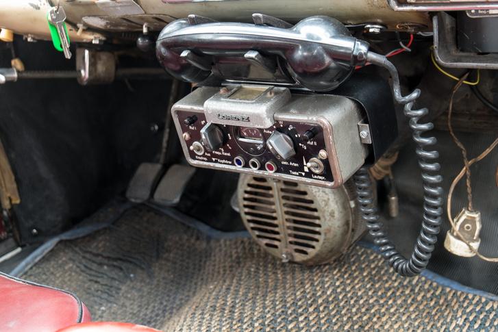Lorenz telefon, alatta pedig a fűtőrendszer