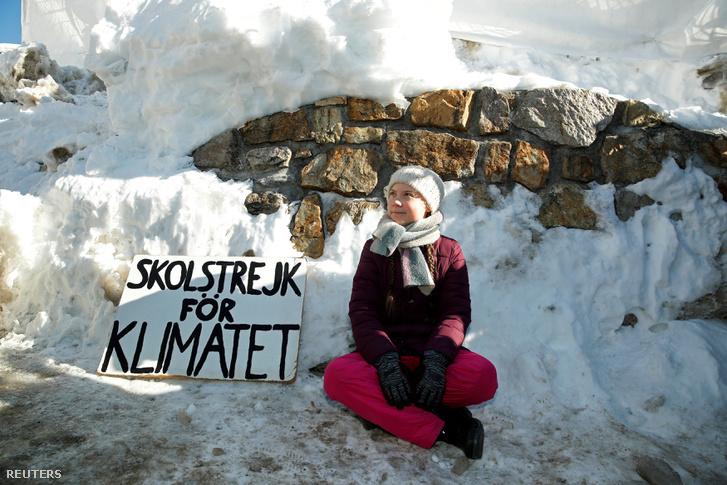 Greta Thunberg fiatal aktivista tiltakozik a Világgazdasági Fórum éves találkozója alatt a kongresszusi központ mellett Davosban, Svájcban, 2019 január 25-én.