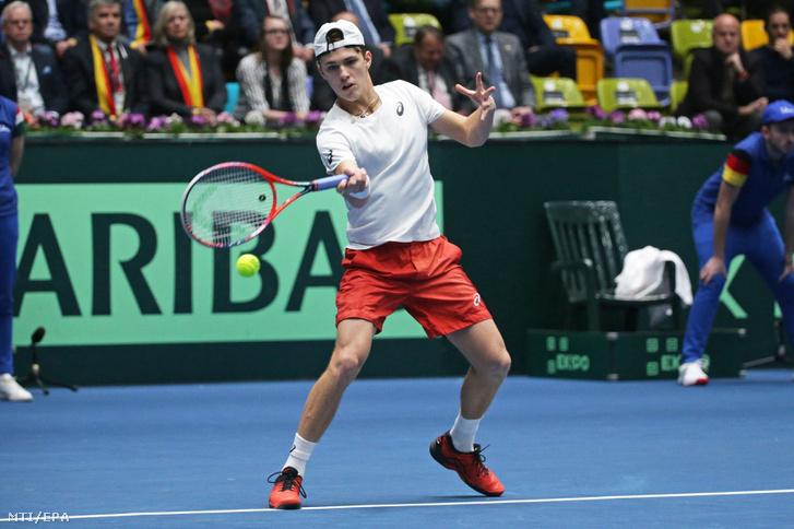Piros Zsombor játszik a német Philipp Kohlschreiber ellen a Németország - Magyarország mérkőzésen a tenisz Davis-kupa frankfurti selejtezőjében