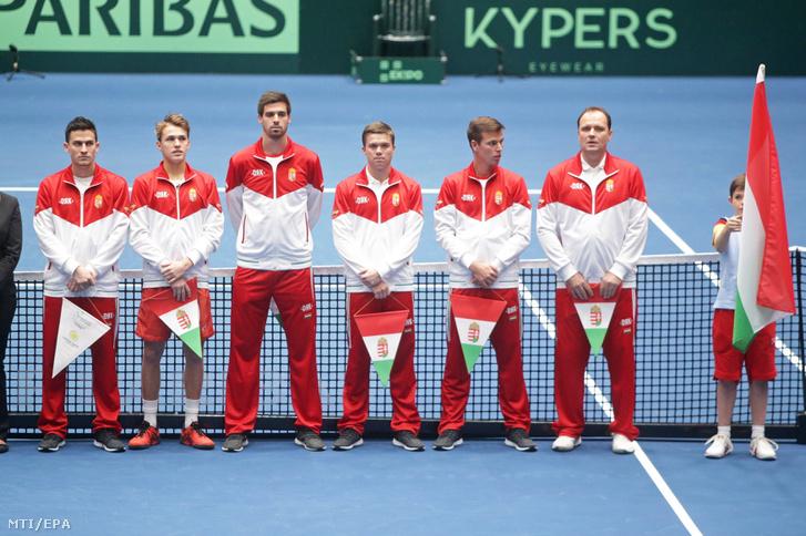Piros Zsombor (b2) a magyar csapat többi tagjával a Németország - Magyarország mérkőzés előtt a tenisz Davis-kupa frankfurti selejtezőjének megnyitóján 2019. február 1-jén.