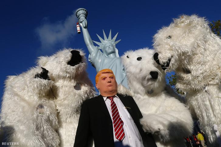 Tüntetők viselnek jegesmedve és Donald Trump jelmezt egy klímavédelmi demonstráción Bonn-ban, Németországban, 2017. november 4-én.