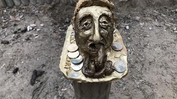 Bayer Zsolt-szobrot avattak titokban a Pozsonyi úton