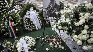 Máris elloptak félmillió forintnyi szivart Andy Vajna sírjáról