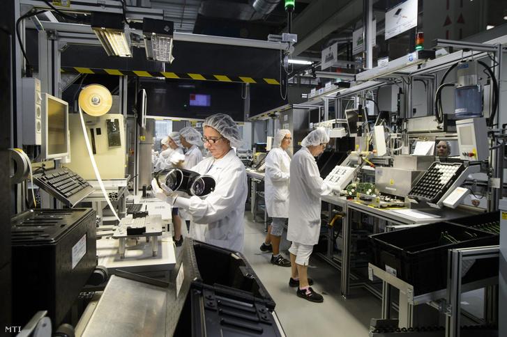 Műszerfalakat szerelnek össze a Robert Bosch Elektronika Kft. dolgozói a hatvani üzemben 2013. augusztus 12-én