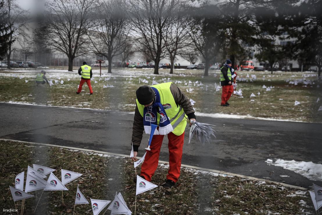 Dolgozók az AHFSZ által meghirdetett sztrájk második napján a győri Audi Hungaria Zrt. gyárudvarán 2019. január 25-én