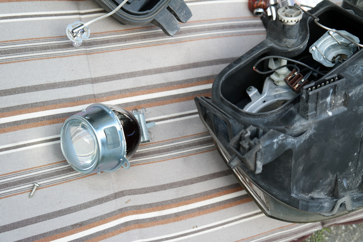 Ködlámpa-átszerelés: a bontós példányban nem volt, de három csavar az egész