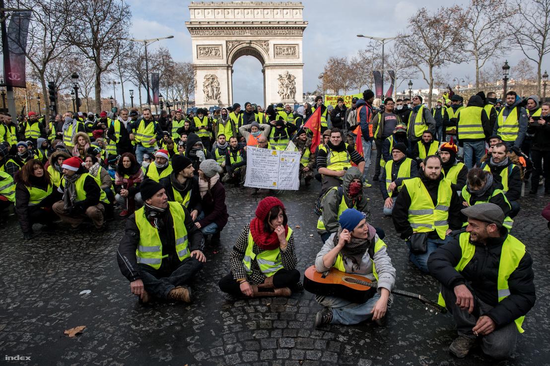 Sárgamellényes tüntetők tiltakozása Párizsban, 2018. december 8-án.