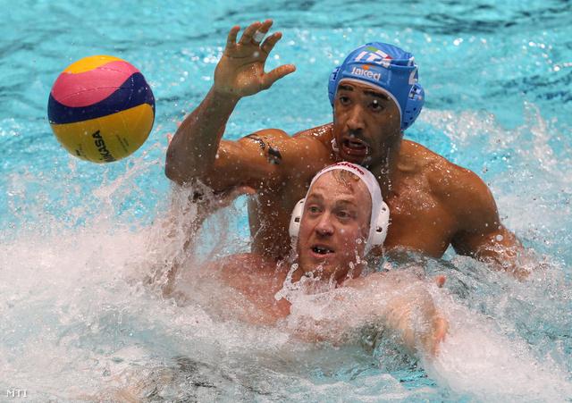 Steinmetz Ádám (elöl) és az olasz Amaurys Perez küzd a labdáért